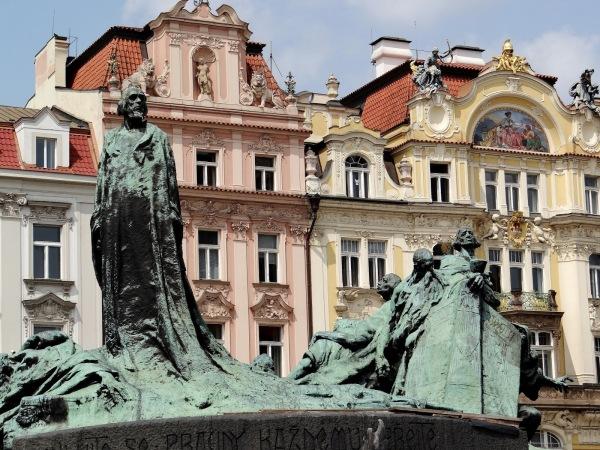 Monumento a Jan Hus se localiza en el centro de la Plaza de la Ciudad Vieja de Praga